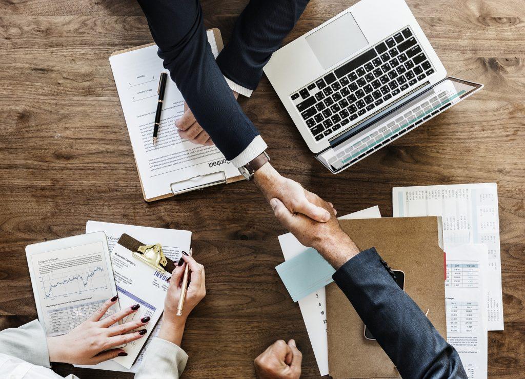 Equipe commerciale qui travaille ensemble